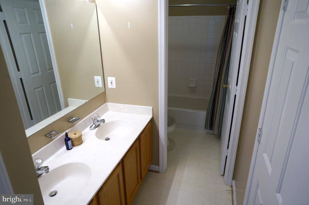 Bathroom #2 with Dual Entry - 22 LAKESIDE DR, STAFFORD