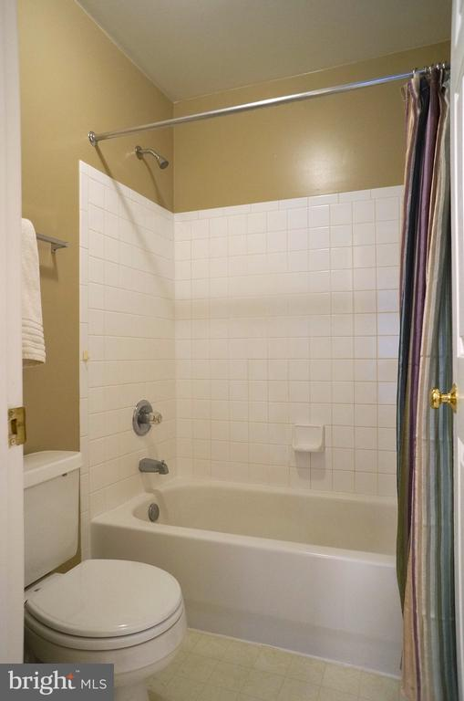 Tub/Shower with Ceramic Tile Surround - 22 LAKESIDE DR, STAFFORD