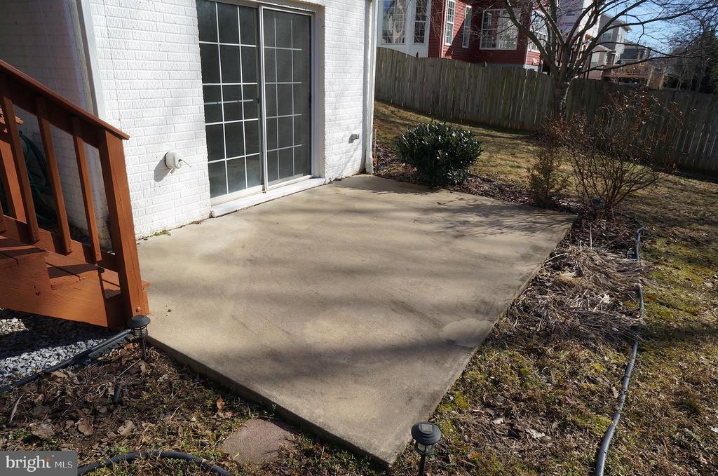 Rear Concrete Patio (14'x10') - 22 LAKESIDE DR, STAFFORD