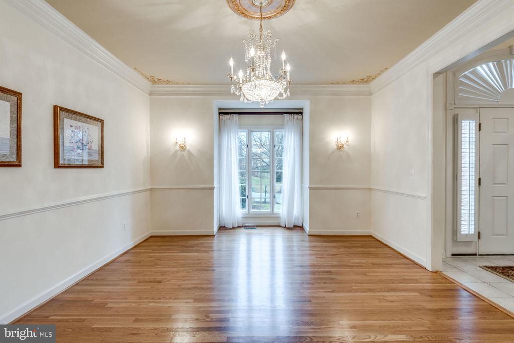 Dining room with hardwood floors - 18403 KINGSMILL ST, LEESBURG