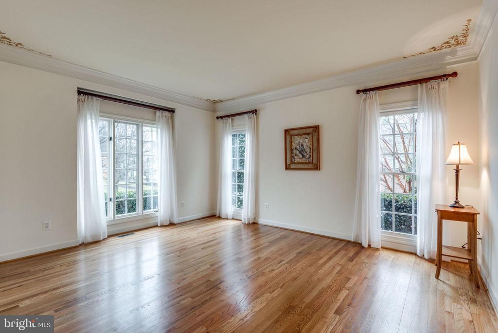 The living room has ample natural light - 18403 KINGSMILL ST, LEESBURG