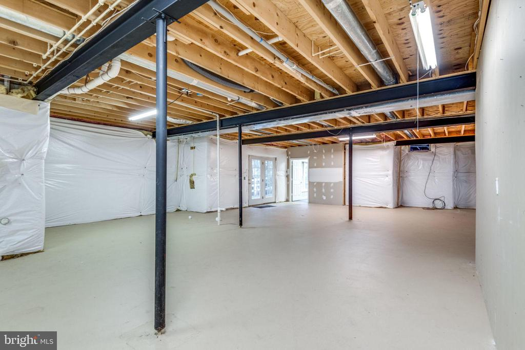 Full unfinished lower level with door to patio - 18403 KINGSMILL ST, LEESBURG