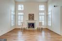 Two story family room with vaulted ceiling - 18403 KINGSMILL ST, LEESBURG