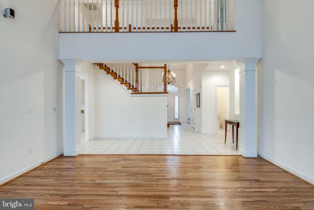The view of the foyer and hallway from family room - 18403 KINGSMILL ST, LEESBURG