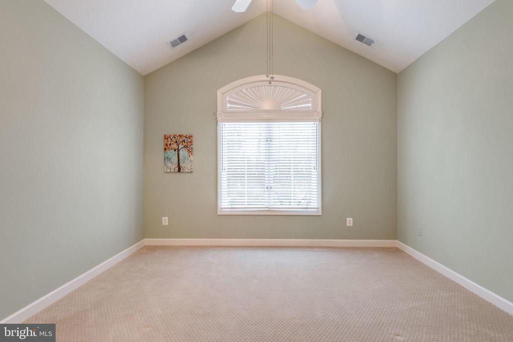Front bedroom with cathedral ceiling - 18403 KINGSMILL ST, LEESBURG