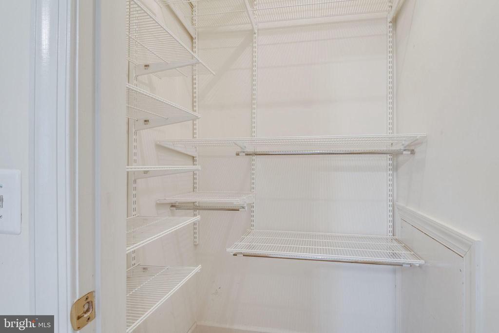 Custom shelving in closet - 18403 KINGSMILL ST, LEESBURG