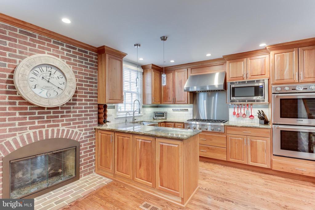 Gas fireplace in gourmet kitchen - 703 POTOMAC ST, ALEXANDRIA