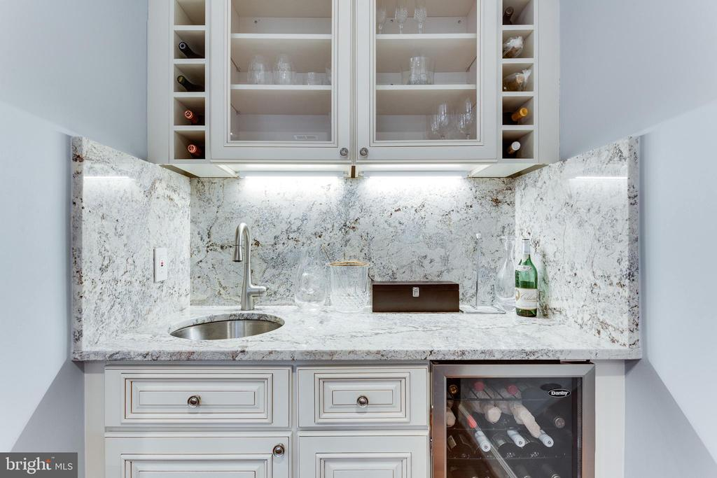 Wet bar with built in storage and wine cooler - 703 POTOMAC ST, ALEXANDRIA