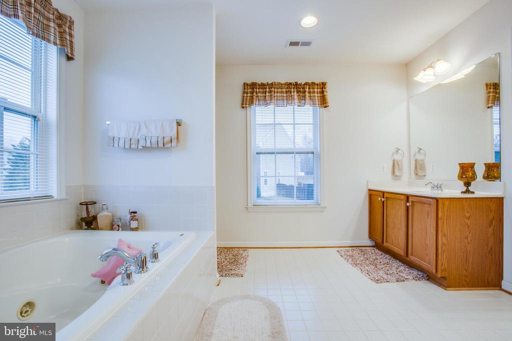 EN SUITE WITH JETTED TUB, DOUBLE SINKS - 19 SAINT CHARLES CT, STAFFORD