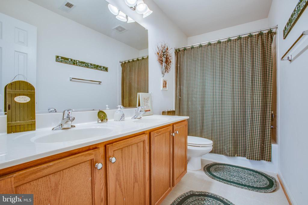 UPPER LEVEL BATH WITH DOUBLE SINKS - 19 SAINT CHARLES CT, STAFFORD