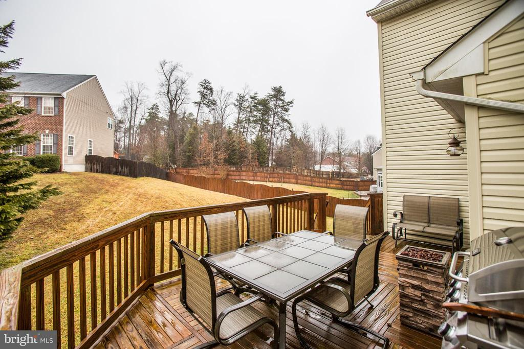 DECK WITH STAIRS DOWN TO YARD - 19 SAINT CHARLES CT, STAFFORD