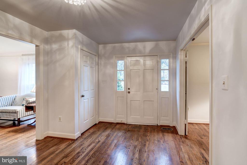 Greet your guests in this fabulous foyer with - 9097 WEXFORD DR, VIENNA