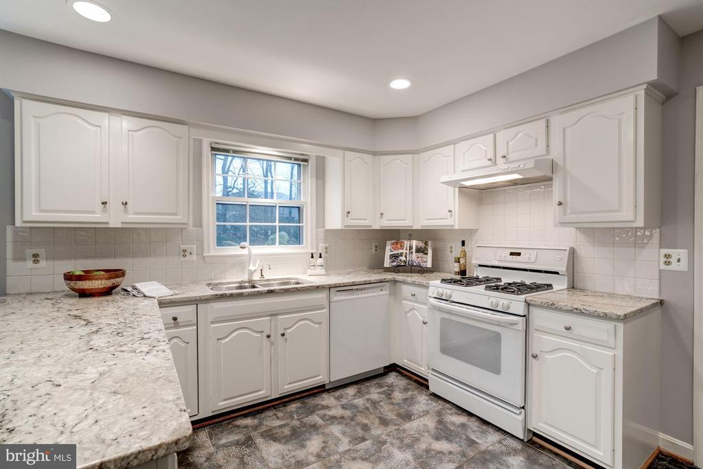 features granite counters and ceramic tile floor. - 9097 WEXFORD DR, VIENNA