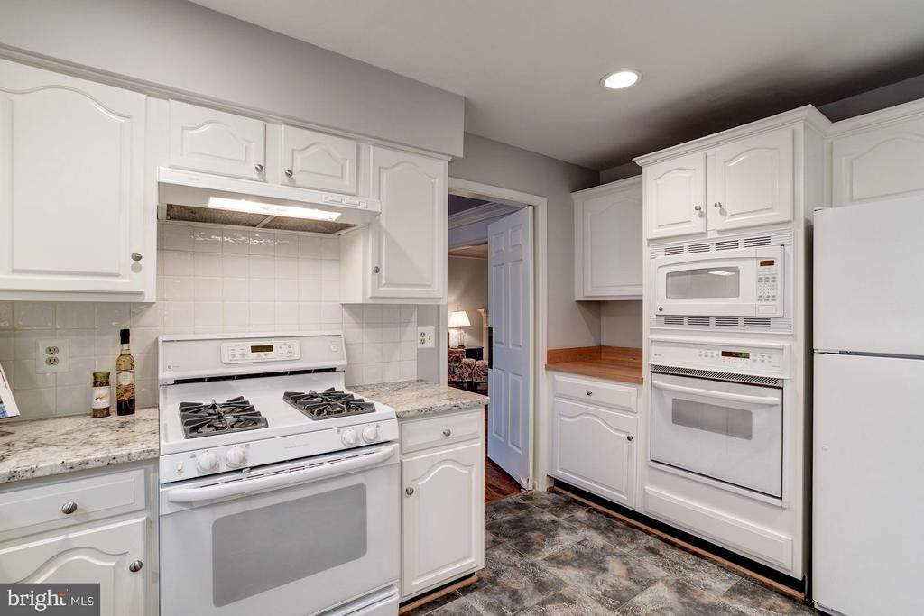 The high end, white appliances complete - 9097 WEXFORD DR, VIENNA
