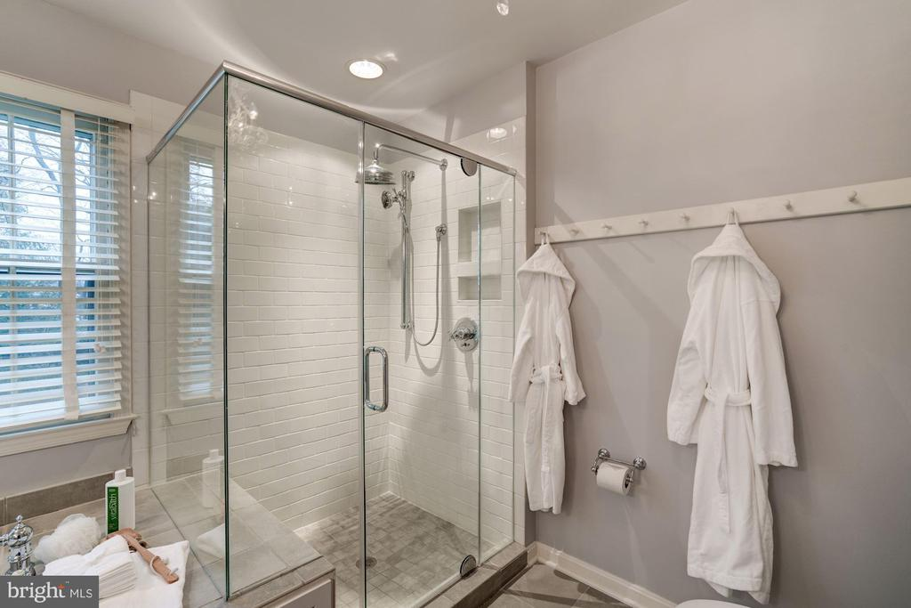 large, glass enclosed, walk-in shower - 9097 WEXFORD DR, VIENNA