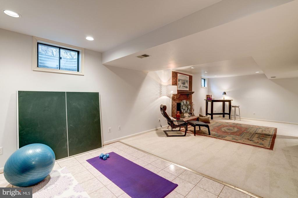 Yoga? Stretching? (and there's cable hook-up too) - 9097 WEXFORD DR, VIENNA