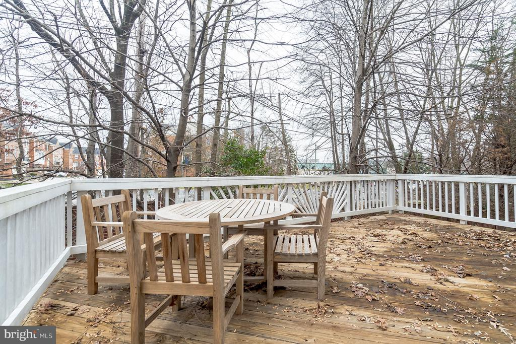 Large deck to enjoy the outdoors - 9100 BRIARWOOD FARMS CT, FAIRFAX