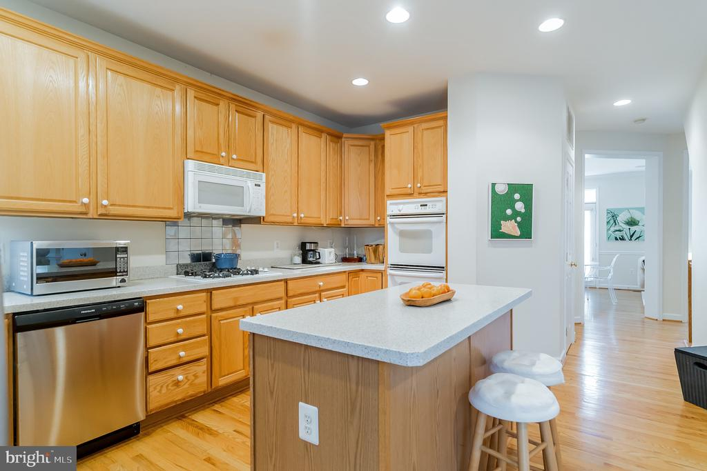 Large island that's great for entertaining - 9100 BRIARWOOD FARMS CT, FAIRFAX
