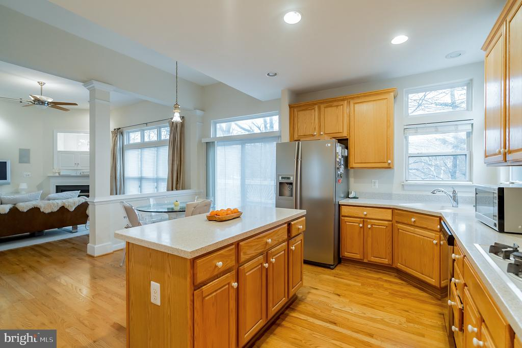 Lots of cabinet space - 9100 BRIARWOOD FARMS CT, FAIRFAX