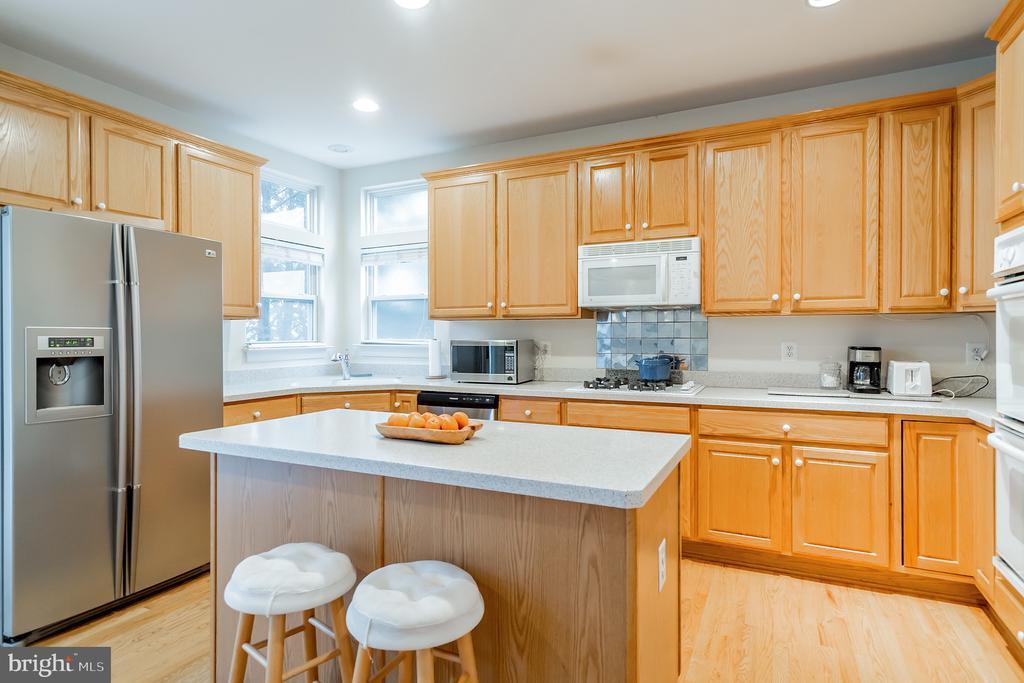 Spacious kitchen with  hardwood floors - 9100 BRIARWOOD FARMS CT, FAIRFAX