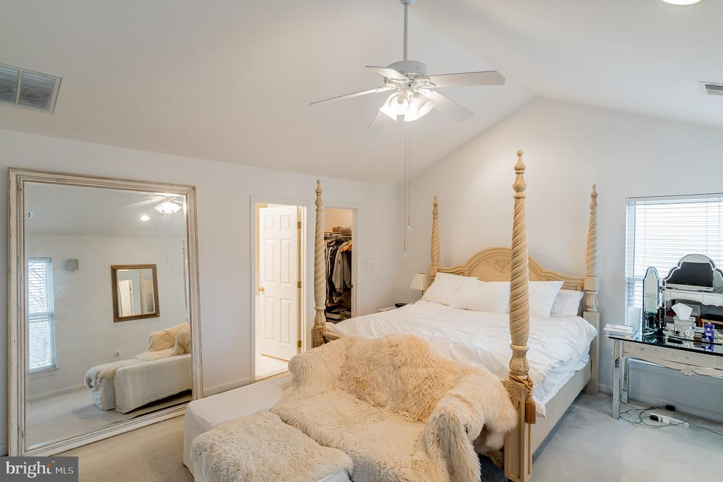 Vaulted ceiling with ceiling fan - 9100 BRIARWOOD FARMS CT, FAIRFAX