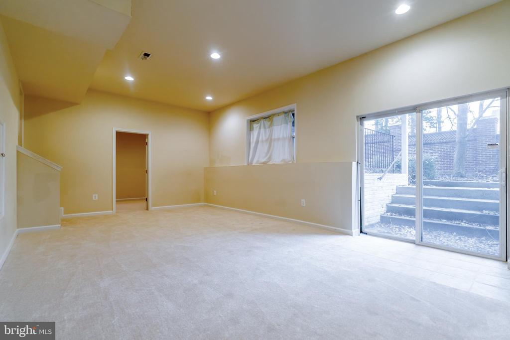 Large rec area with acess to the backyard - 9100 BRIARWOOD FARMS CT, FAIRFAX