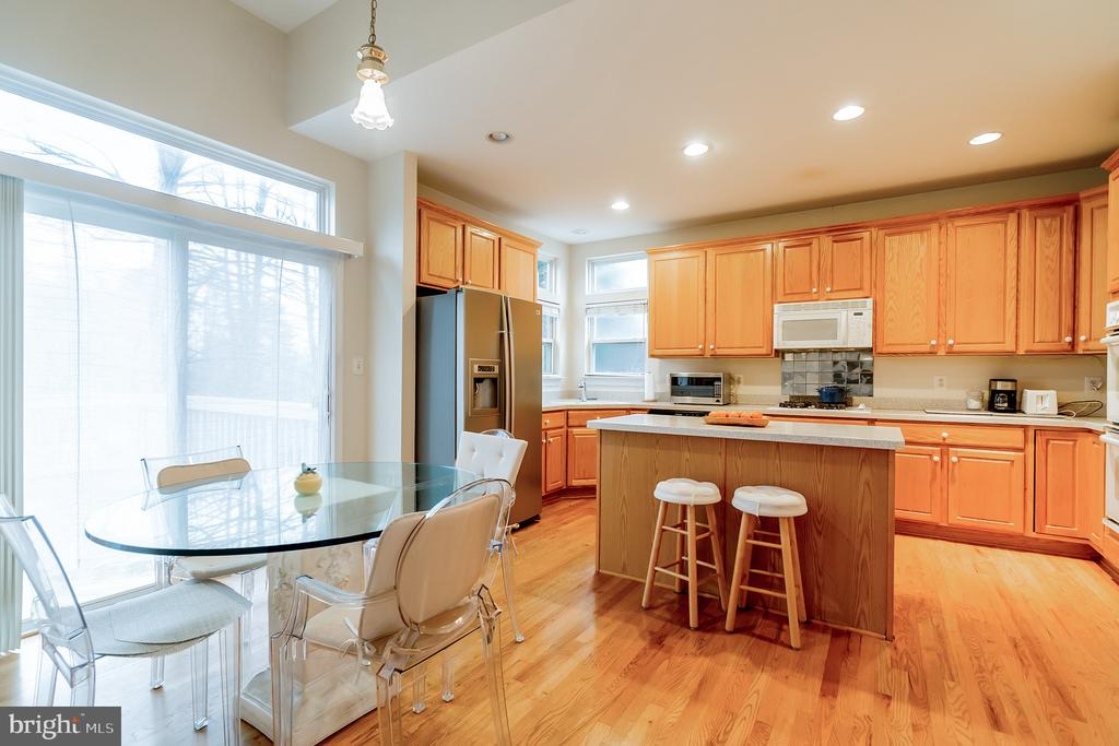 Light filled dining area and kitchen - 9100 BRIARWOOD FARMS CT, FAIRFAX