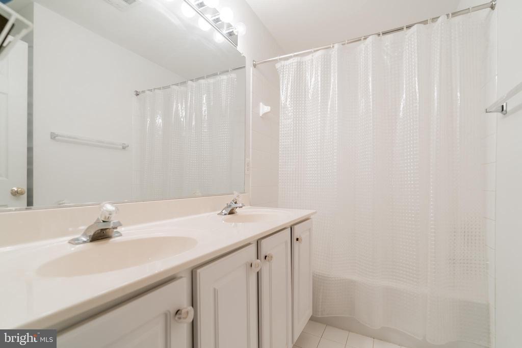 Upper level bath with dual vanity - 9100 BRIARWOOD FARMS CT, FAIRFAX
