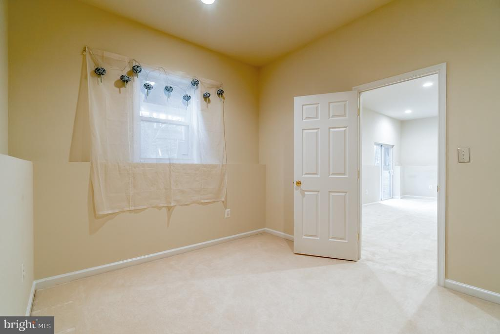 Den or possible 5th bedroom in the lower level - 9100 BRIARWOOD FARMS CT, FAIRFAX