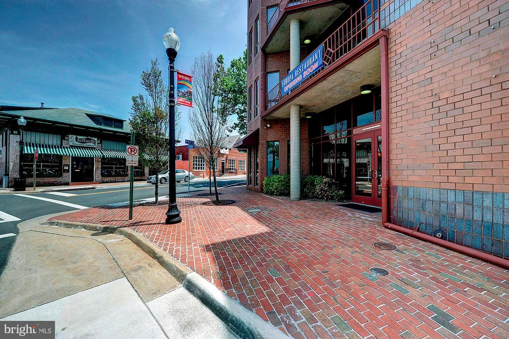 Close to vibrant down town area - 501 BOWERS LN, HERNDON