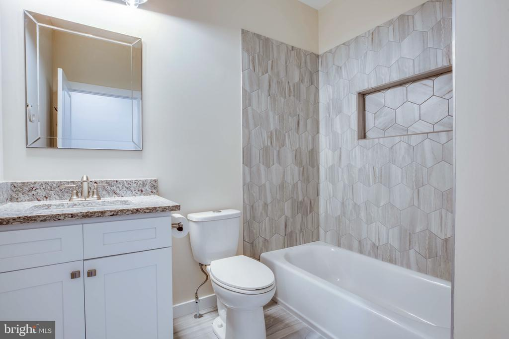 HALL FULL BATH - 105 EDGEMONT CIR, LOCUST GROVE