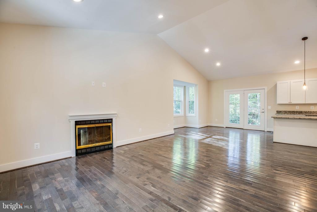LIVING ROOM GAS FIREPLACE (PREVIOUSLY BUILT HOME) - 105 EDGEMONT CIR, LOCUST GROVE