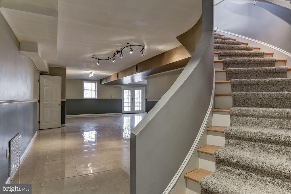 Gracious Curved Stair to Low - 2301 TWIN VALLEY LN, SILVER SPRING