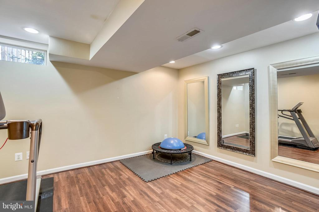 Lower level den/exercise room w/laminate floor - 20702 MANDALAY CT, ASHBURN