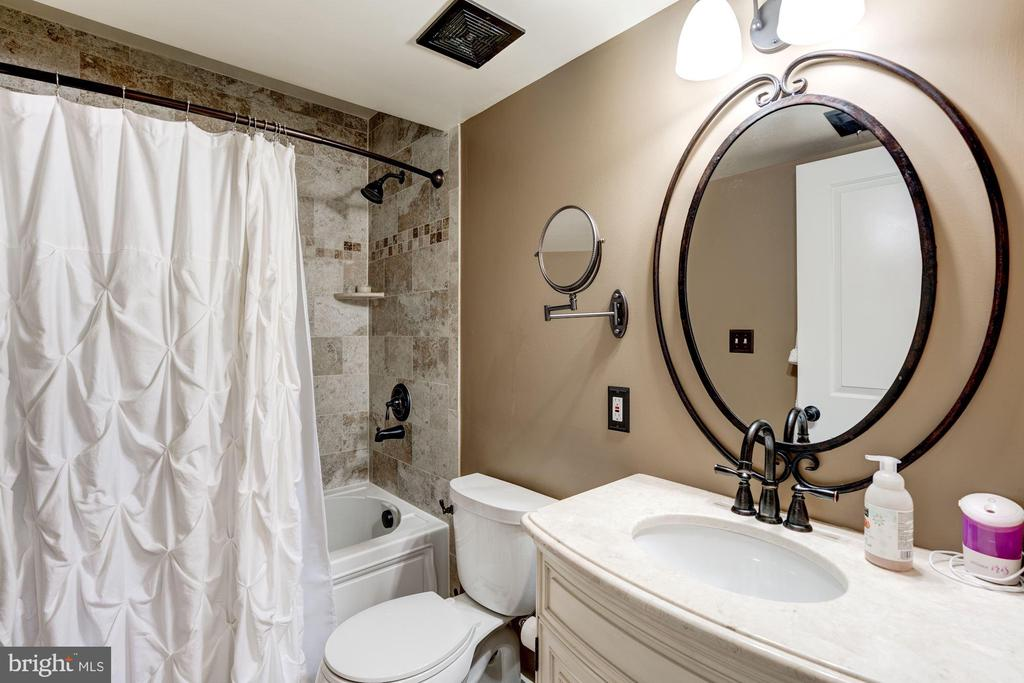 Entry Level Bathroom - 22501 VERDE GATE TER, BRAMBLETON