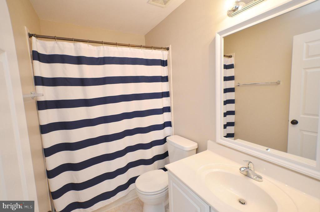 Hall Full Bathroom - 21563 BANKBARN TER, BROADLANDS