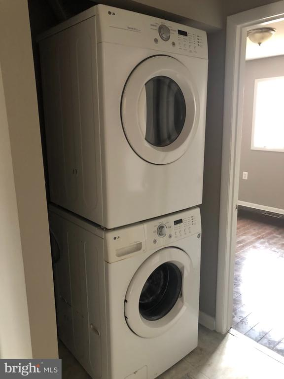 Full Size  Frontloading Washer and Dryer - 111 MEADOWS LN NE, LEESBURG