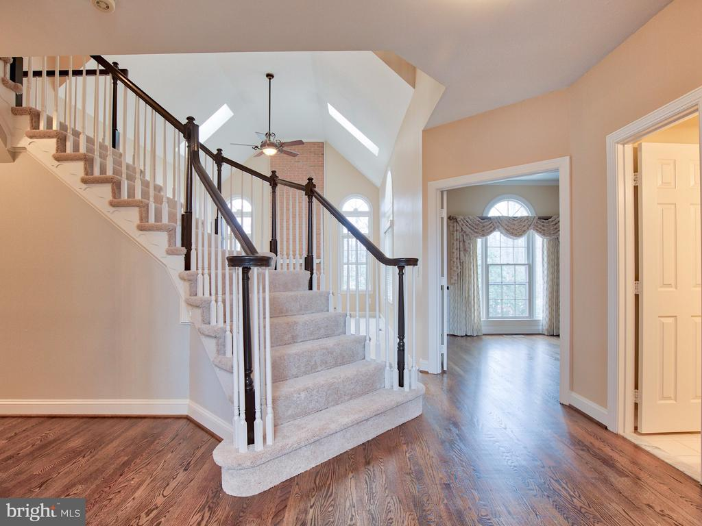 CURVED STAIRCASE MAKES A LOVELY ENTRY - 1135 ROUND PEBBLE LN, RESTON