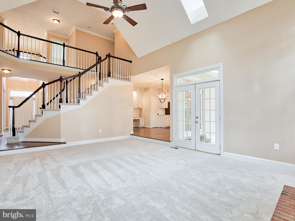GRAND TWO-STORY FAMILY ROOM - 1135 ROUND PEBBLE LN, RESTON