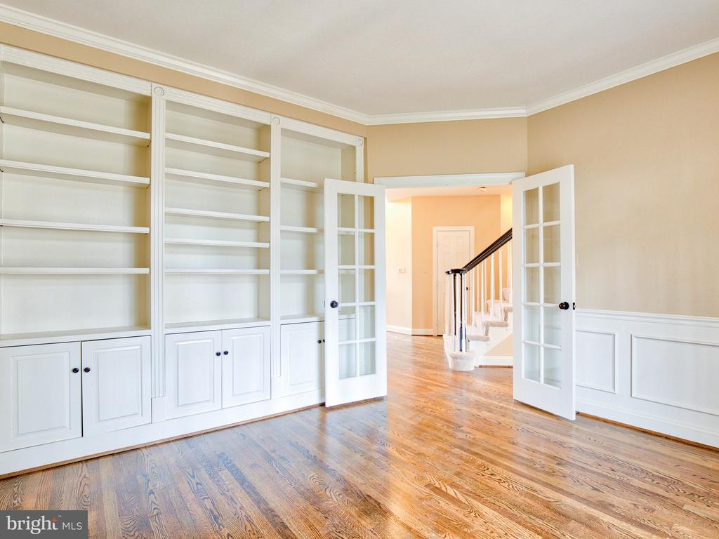 MAIN-LEVEL STUDY WITH BUILT-INS - 1135 ROUND PEBBLE LN, RESTON