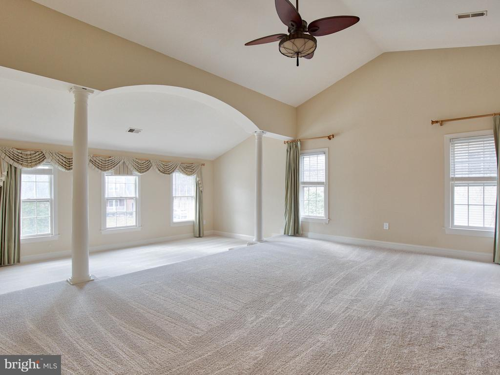 MASTER SUITE WITH CATHEDRAL CEILING - 1135 ROUND PEBBLE LN, RESTON