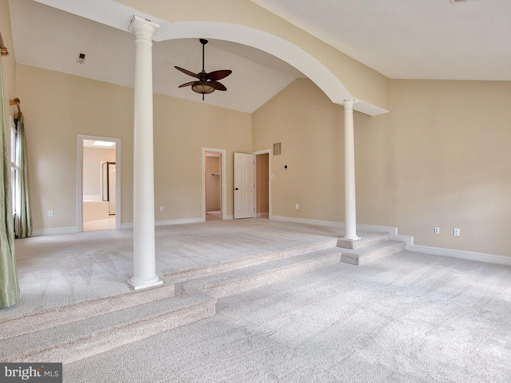 MASTER SUITE WITH SITTING ROOM - 1135 ROUND PEBBLE LN, RESTON