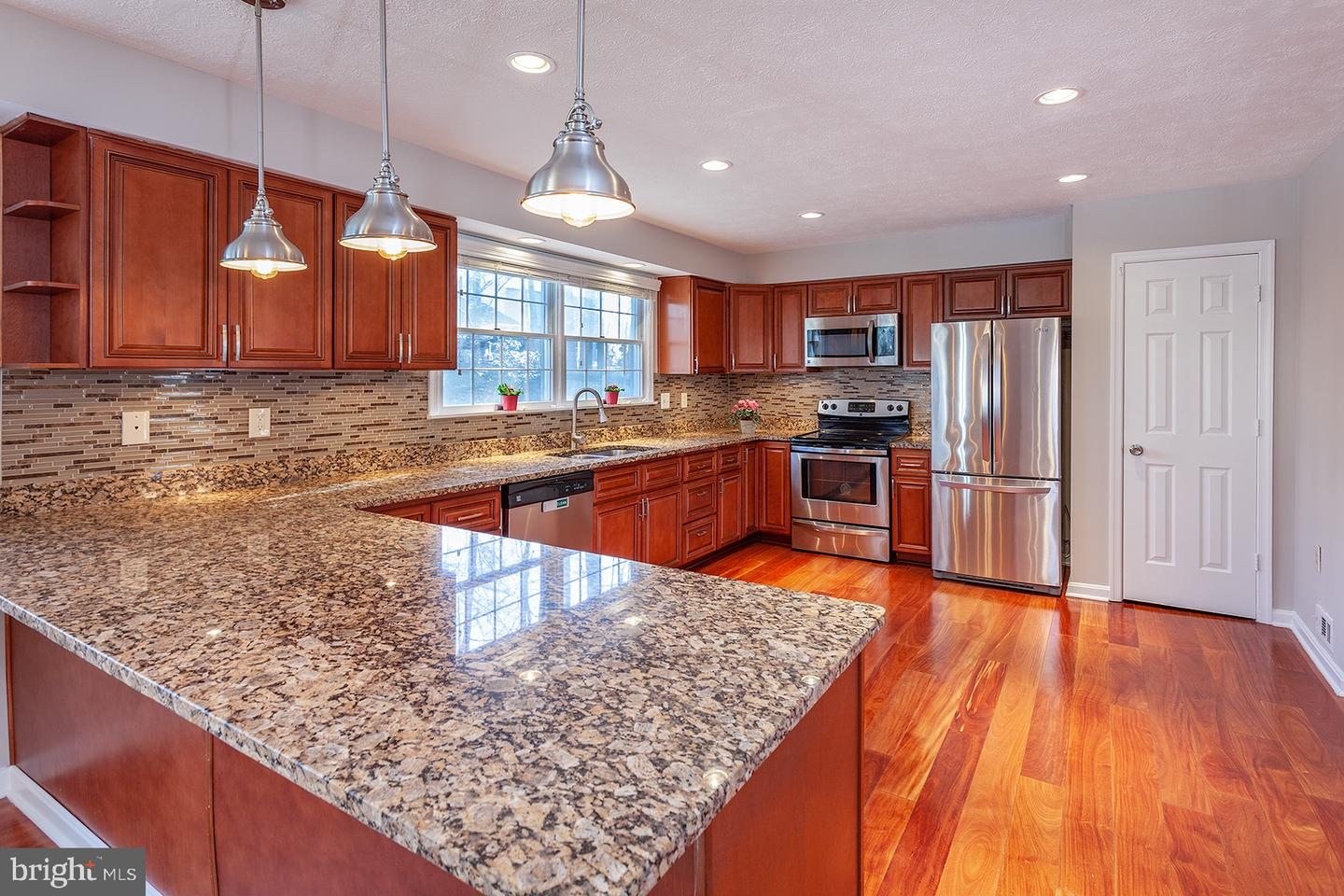 Additional photo for property listing at 907 Barker Hill Rd 907 Barker Hill Rd Herndon, Virginia 20170 United States