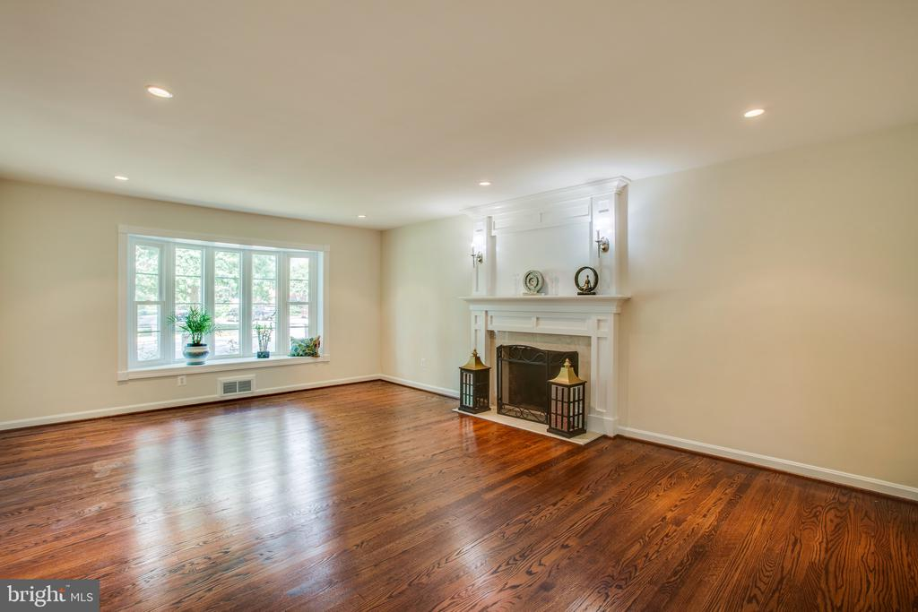 Bay window in spacious living room - 1100 BEVERLEY DR, ALEXANDRIA