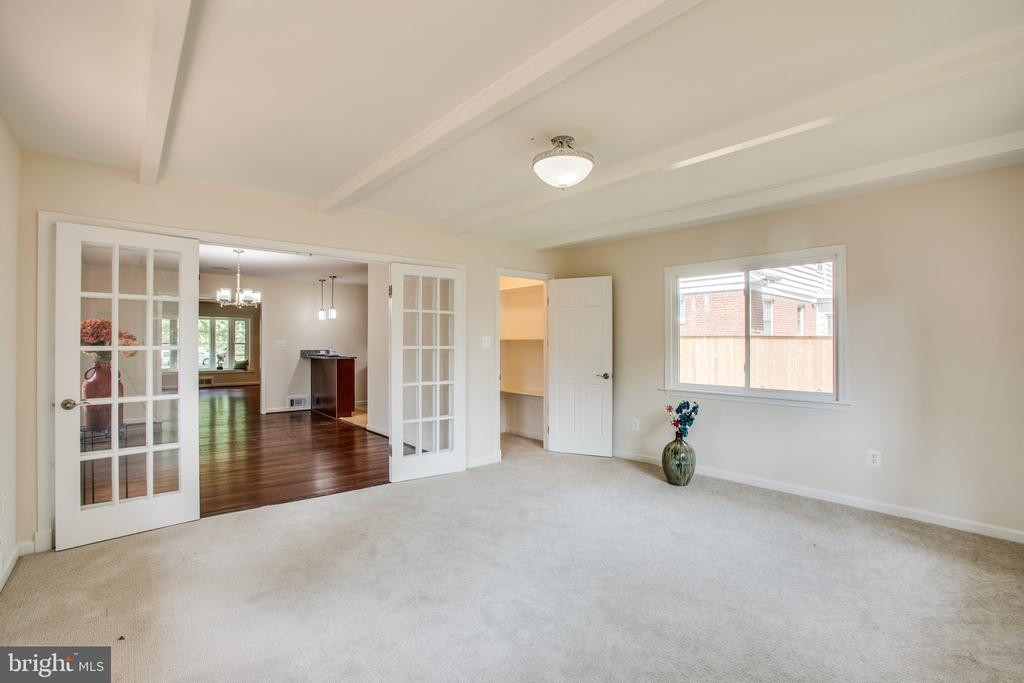 family room walks out to private yard and patio - 1100 BEVERLEY DR, ALEXANDRIA