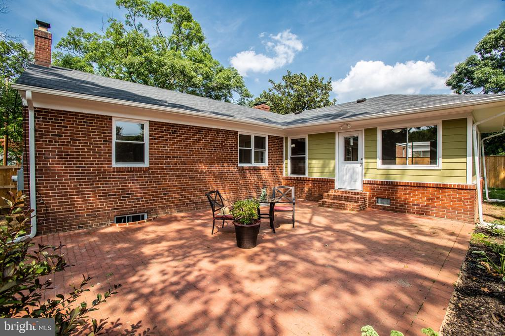 Big brick patio for entertaining - 1100 BEVERLEY DR, ALEXANDRIA