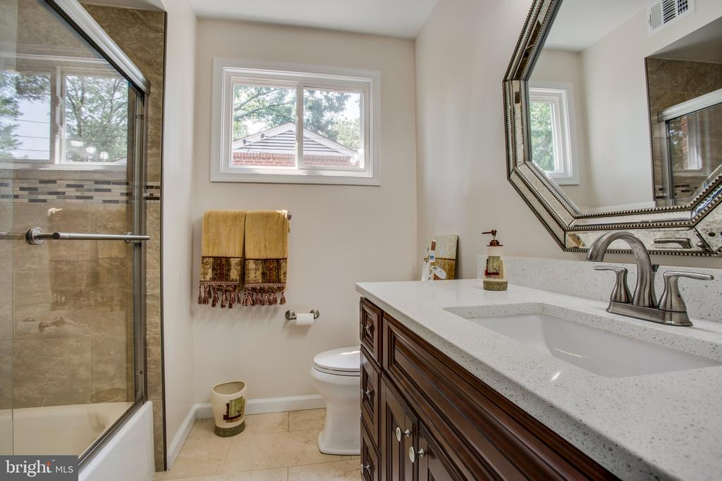 Main level hall bath - 1100 BEVERLEY DR, ALEXANDRIA