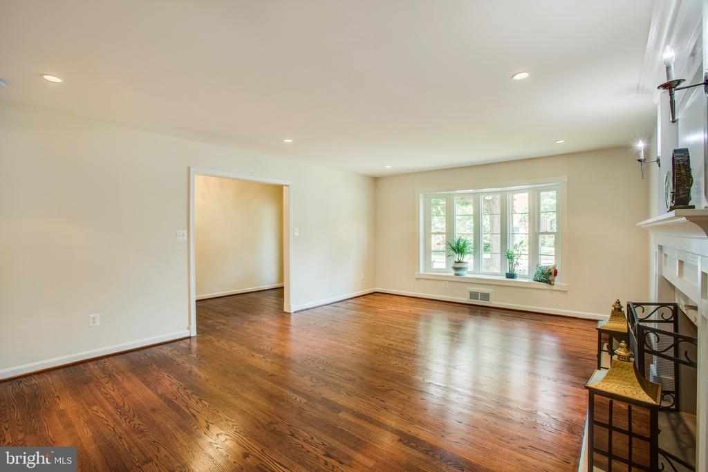 spacious living room with hardwood floors and FP - 1100 BEVERLEY DR, ALEXANDRIA