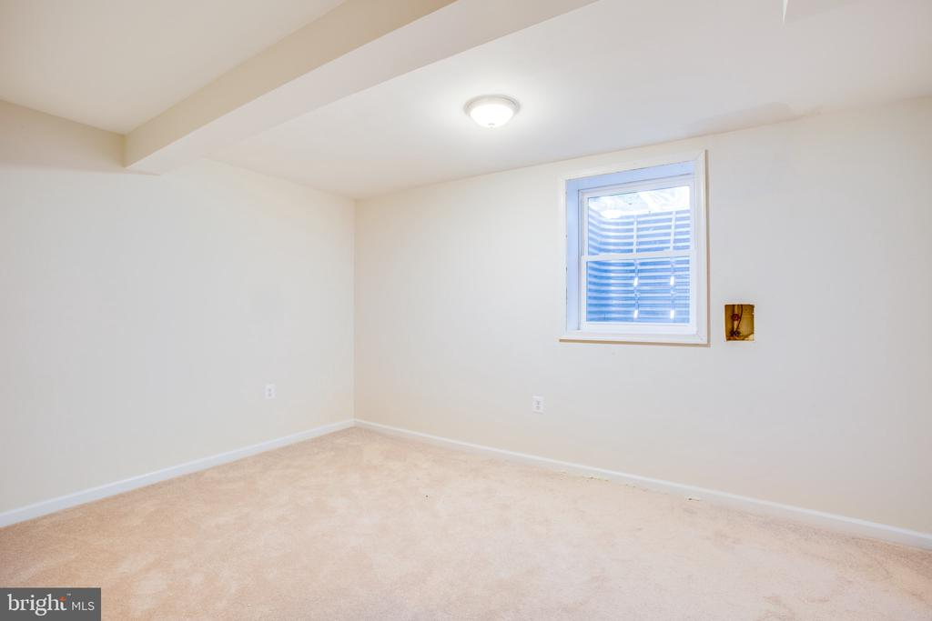 lower level bedroom with big window - 1100 BEVERLEY DR, ALEXANDRIA