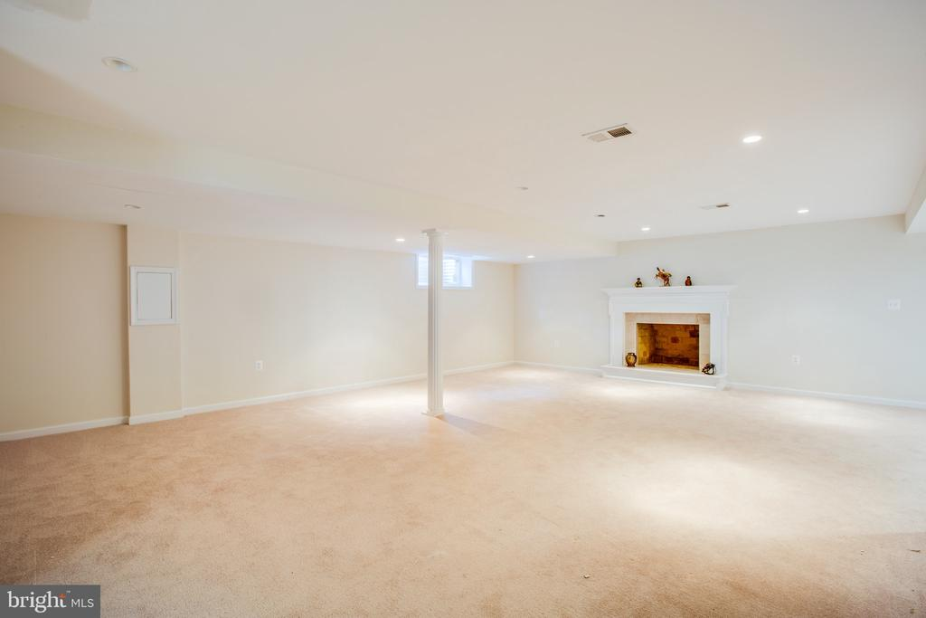 Loads of space - 1100 BEVERLEY DR, ALEXANDRIA